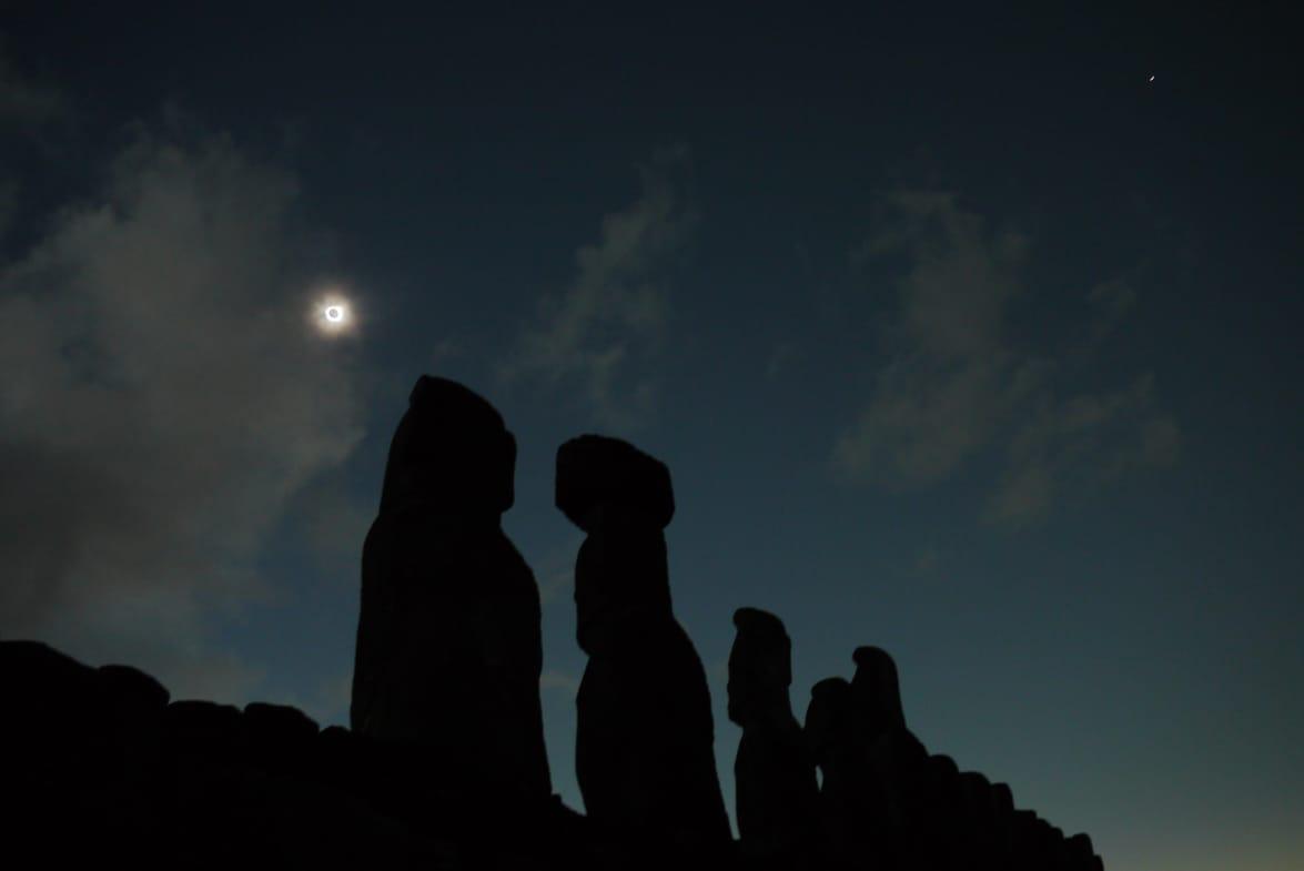 「皆既日食をモアイと一緒に。この写真は一緒に見ていた友人が撮影したものです」(小田さん)。