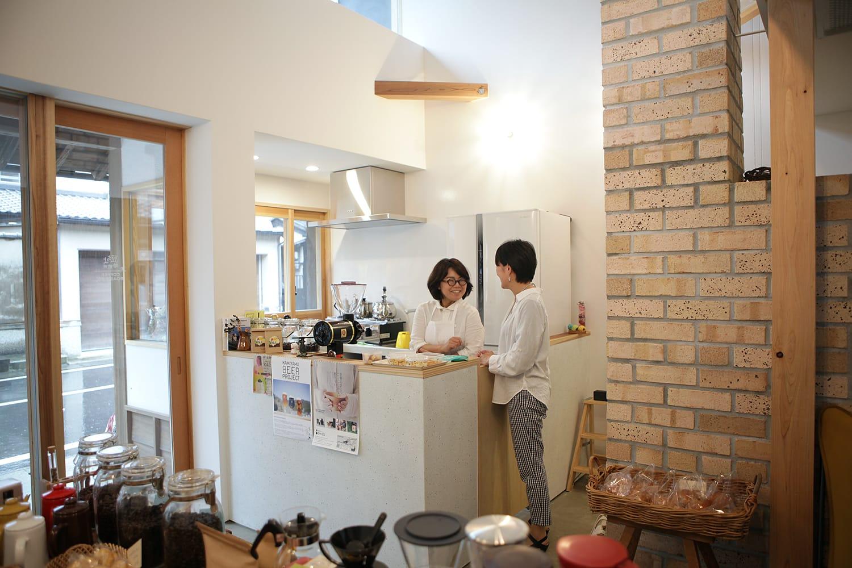2018年春にオープンした「寄井の家と店」の店舗部分は、かみやまの娘たちにも登場いただいた「豆ちよ」さんの焙煎所に(豆も買えます!)