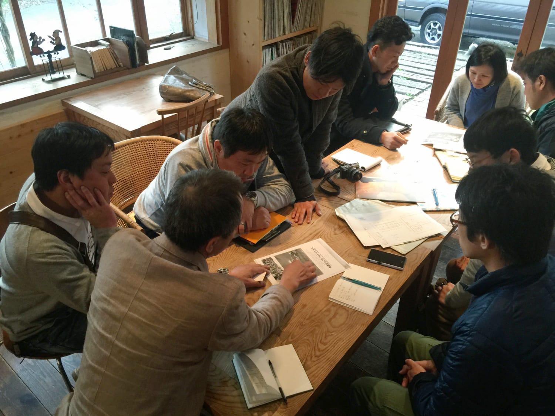 2016年3月末、工務チームの顔合わせ間もない頃に出かけた西日本への視察ツアーにて。フルメンバーで撮影。(写真提供:工務チーム)