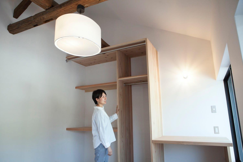 「寄井の家と店」のすみはじめ住宅部分は、既存の梁を表して広がりある空間に。ここで、移住を検討している人たちが神山での暮らしをはじめる。