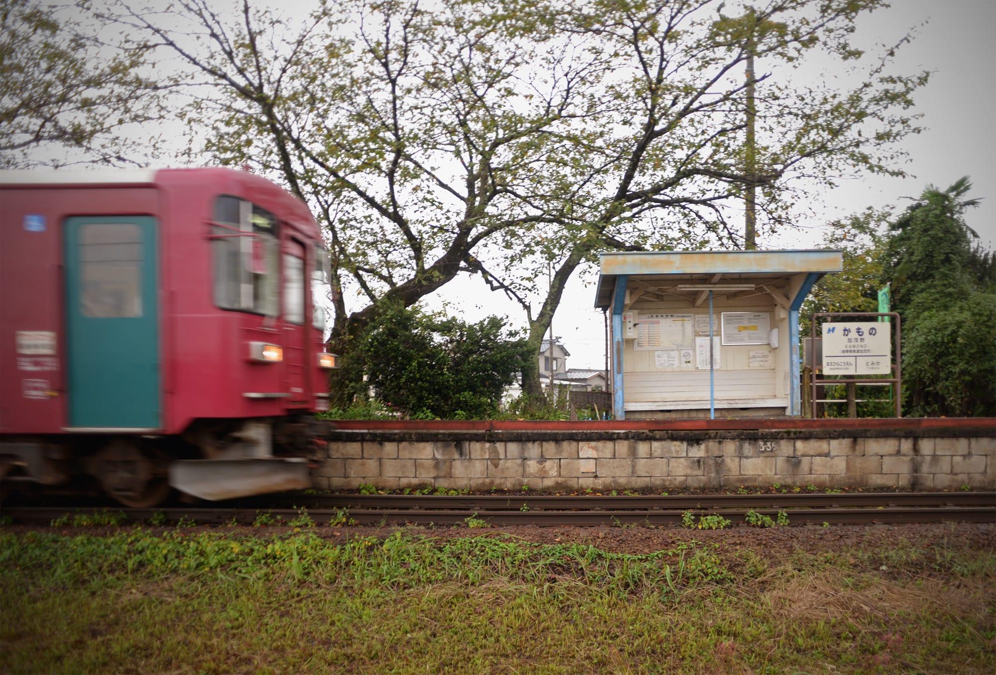 美濃加茂市:雨の加茂野駅