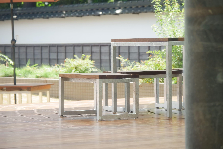 図書館の家具設計を担当したのは、ファーニーチャーレーベルE&Yの松澤 剛さん。外と内が曖昧な空間において、低めの椅子やテーブルで居心地のよさをつくり、この場の環境と調和するものを選んだという。