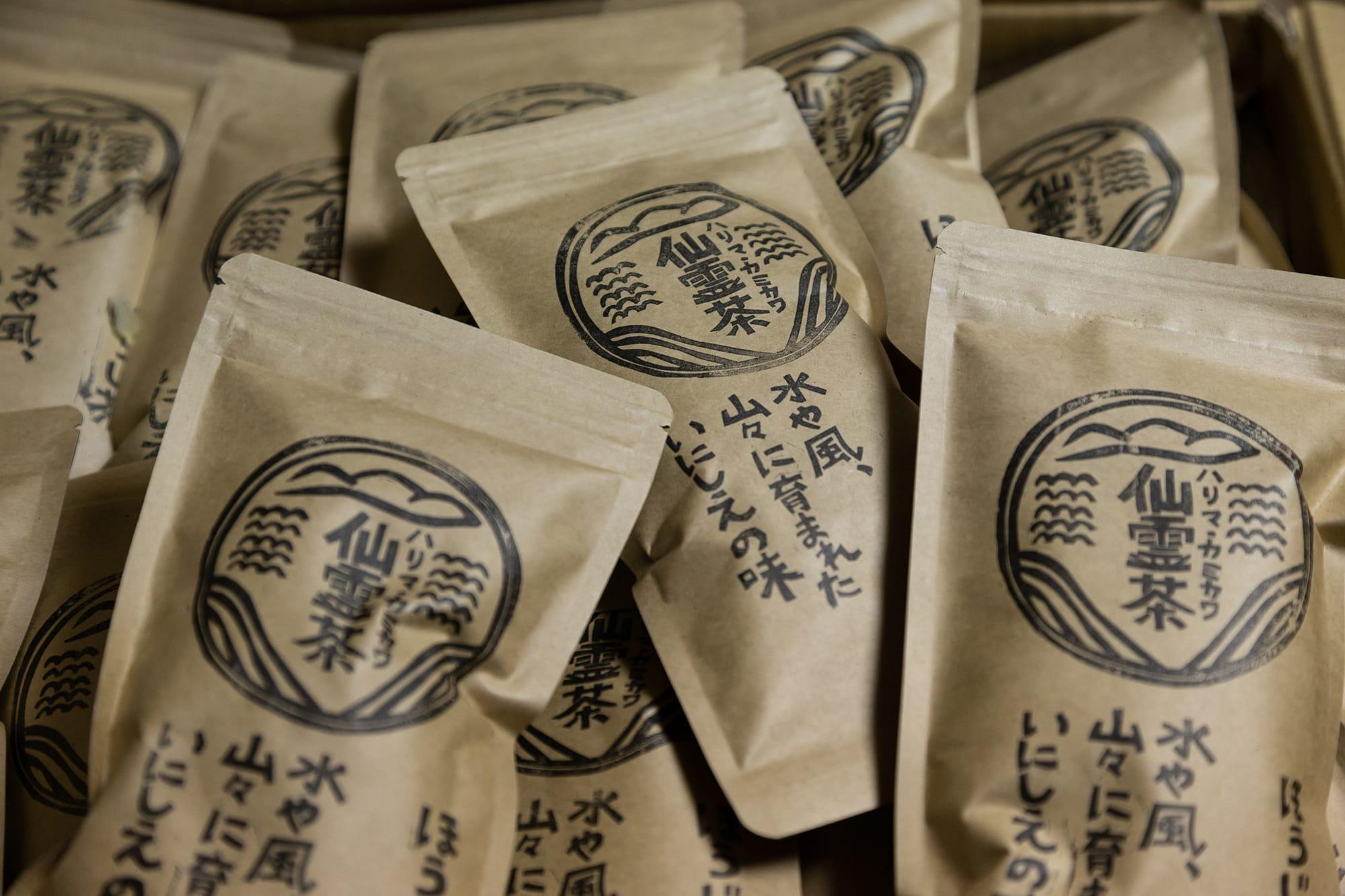 野村さんが作る「仙霊茶」。無農薬、無肥料と、ほぼ自然栽培。爽やかなのみ口で甘味とうま味がいいバランスの煎茶、天日で酸化発酵させた烏龍茶、香ばしい香りが口いっぱいに広がるほうじ茶、夏の終わりに摘んだ茶葉を使って作った紅茶を合わせた4種類。この日は真夏の炎天下の中、水出しの煎茶とほうじ茶を飲ませてもらったけれど、どちらも暑い日にはぴったりのすっきりとした味わいだった。