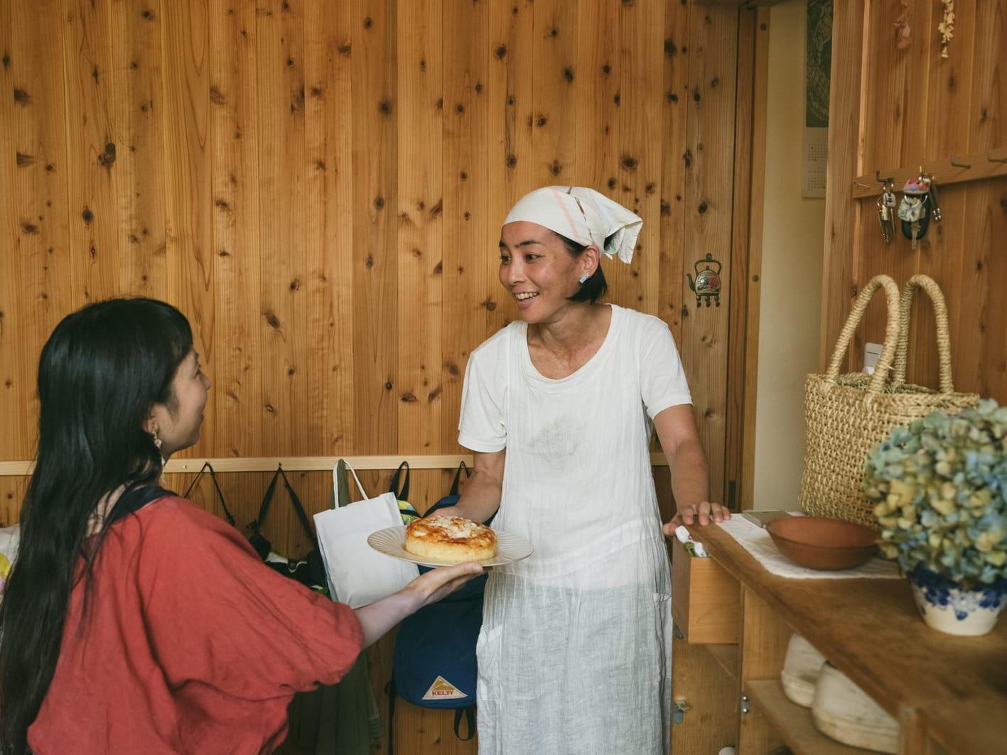 あんずのケーキを持って知ちゃん宅を訪れた。こうしておやつや食事を持ち寄ってどちらかの家でお茶をすることが多い。