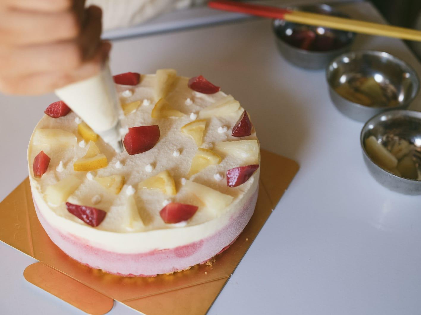 暑い季節にはさっぱりとしたソルベ類も多く作る。すもものソルベは色も鮮か。近所の友人に頼まれてお誕生日のアイスケーキも作る。デコレーションはその時の感覚を大事に即興で。
