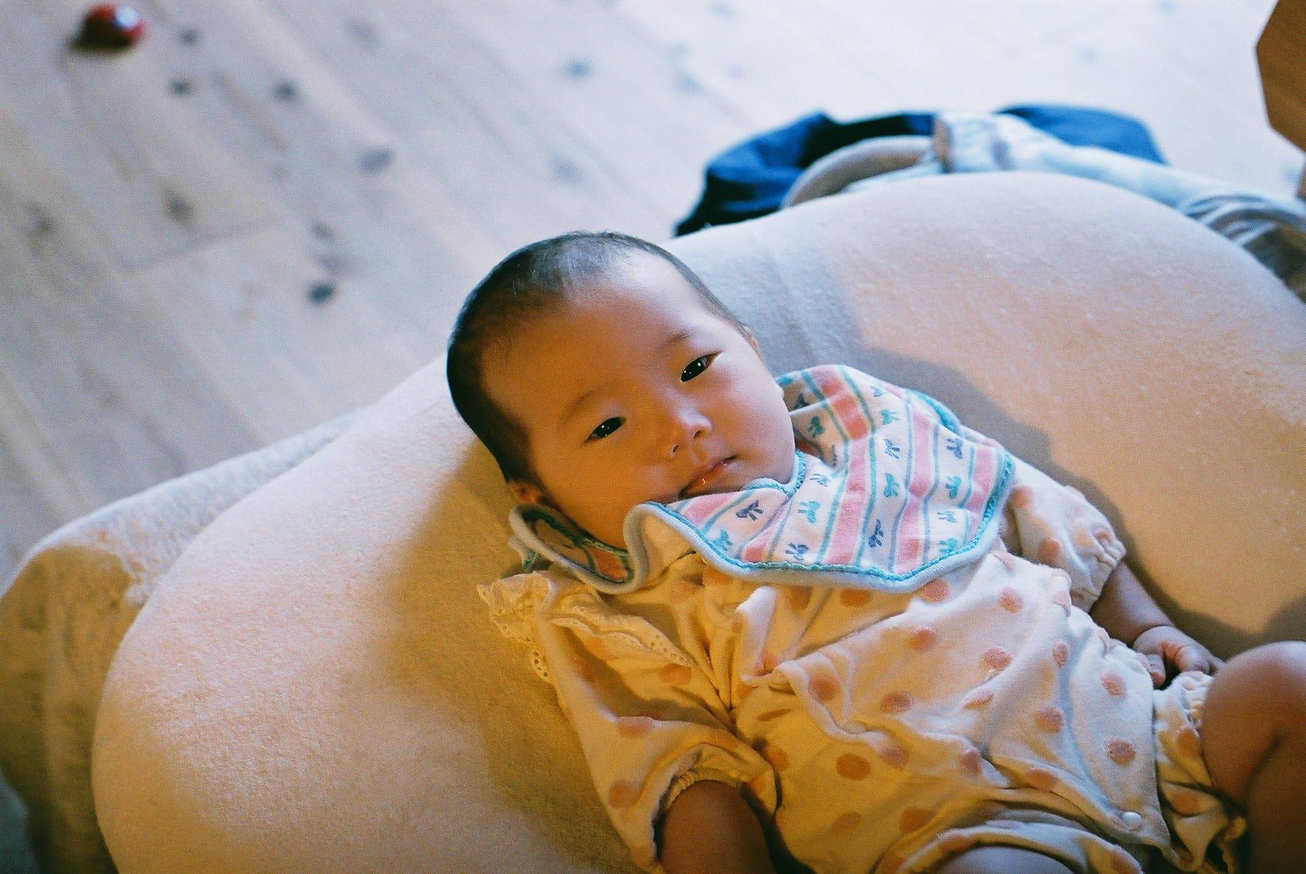 長女の知歩ちゃん。生後3ヶ月半の知歩ちゃんは、日に日にお兄ちゃんの耕生くんに似てきているそう。