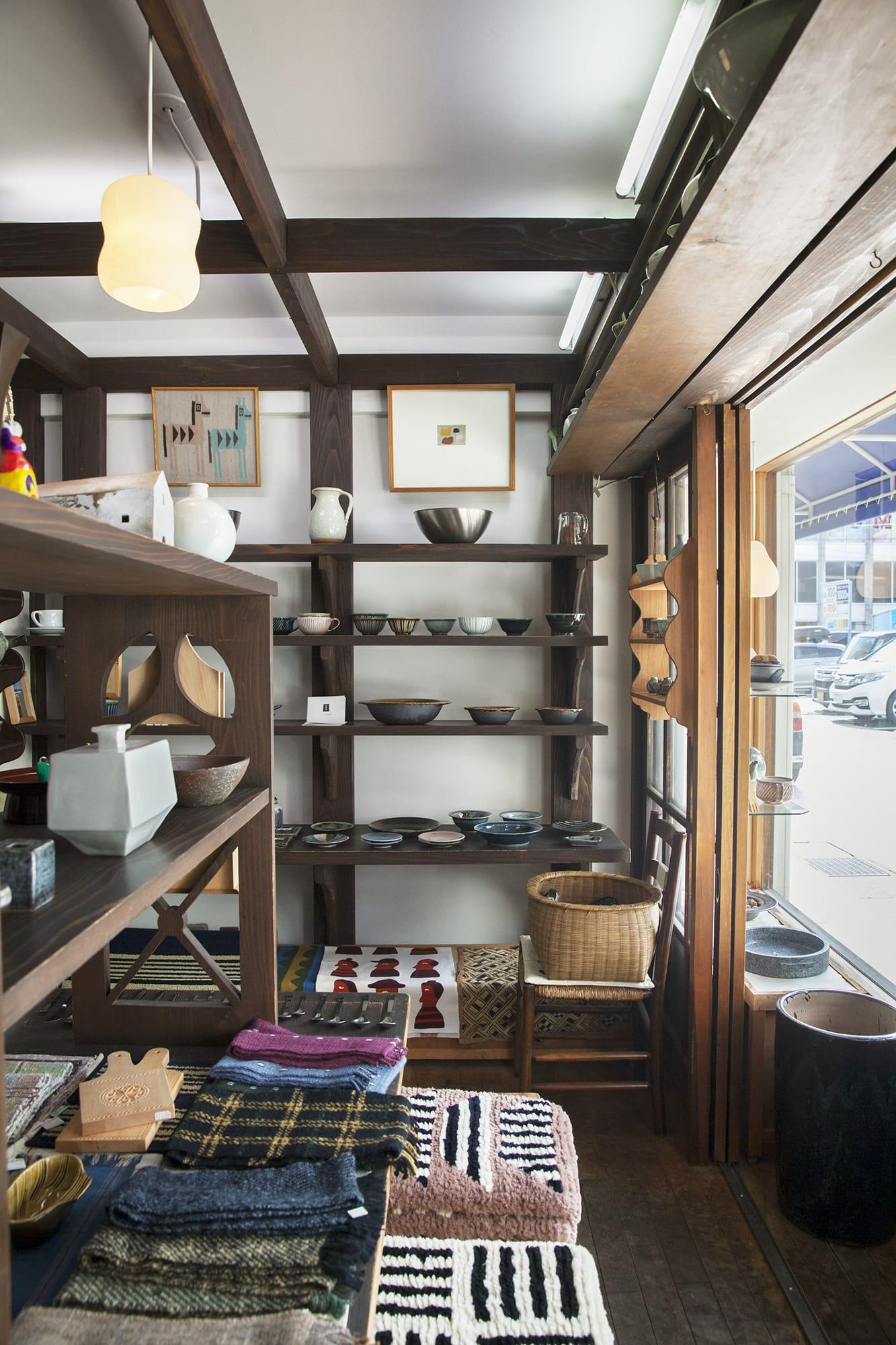 店内には、岩井窯の山本教行さんのうつわや、河井一喜さん・達之さんのうつわ、柚木沙弥郎さんの型染布、若手の吹きガラス作家が手がけたグラス、富山の土人形、近くに住む織作家・豊田栄美さんによる手織りのマフラーや風呂敷、フードデザイナーのたかはしよしこさんが富山の食材からつくった調味料、林さんが手がけた鋳物の干支シリーズなどが並んでいる。