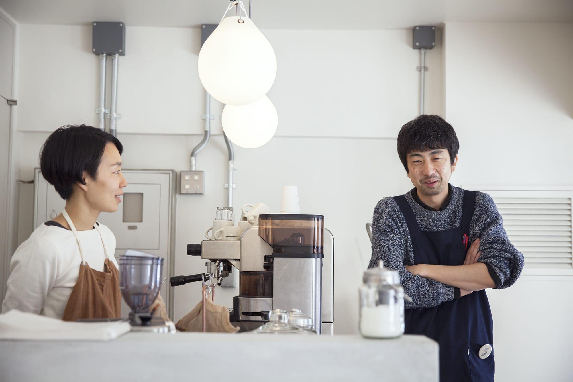 「SIXTH OR THIRD」の店主井上さん(左)と林さん。井上さんはイラストレーターとしても活動している。