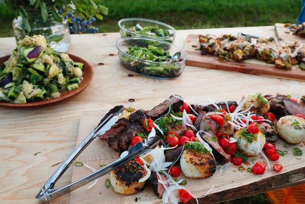 神山滞在中のシェフ David Gouldさんによる、オール与謝野の食材をつかったディナー。なんとお肉とおにぎりがこコラボレーション!
