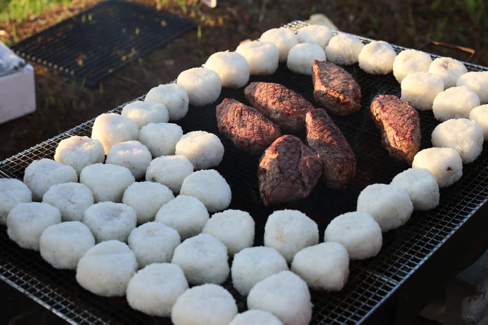 与謝野のおいしいお米のおにぎりと牛肉を炭火で焼いて…
