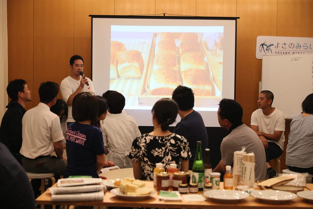 神山小麦でのパンづくりについて話す笹川さん。