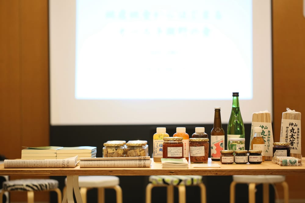 フードハブが開発した加工品など。神山杉の割り箸、日本酒、ドレッシング、ごはんのお供、そして小麦にお米と米ぬかを混ぜて焼いたお菓子「カミヤマメイト」。