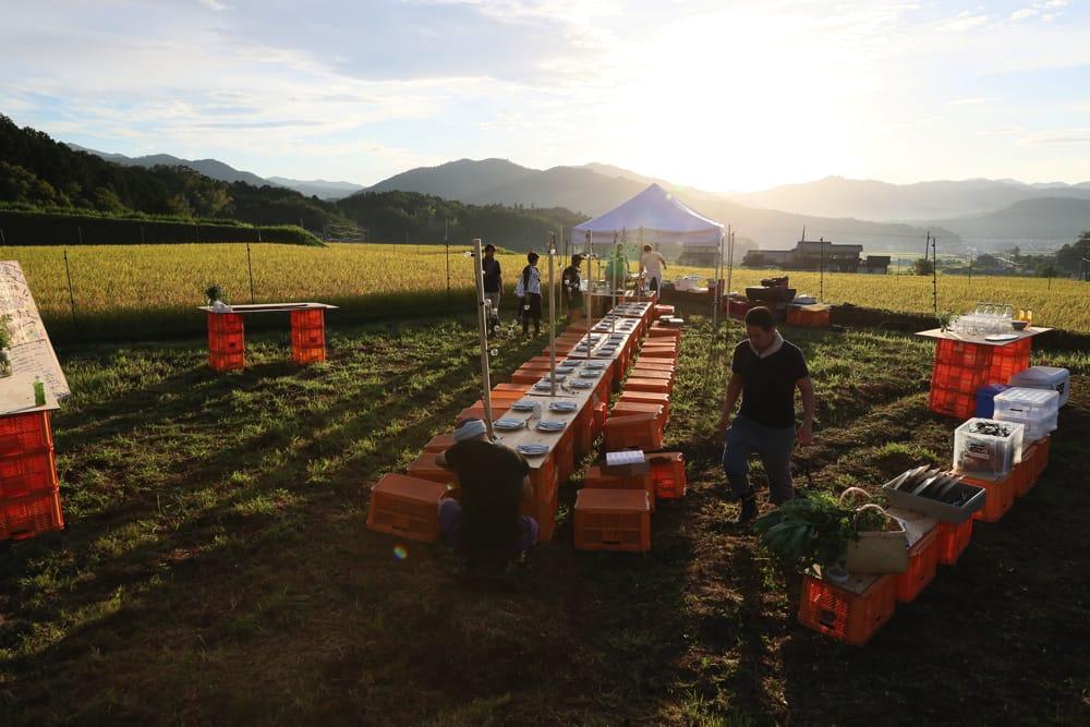 誠武農園さんの収穫カゴでつくられたテーブル、イス、カウンター。ちなみに、この1時間前まで土砂降りの雨でした…!