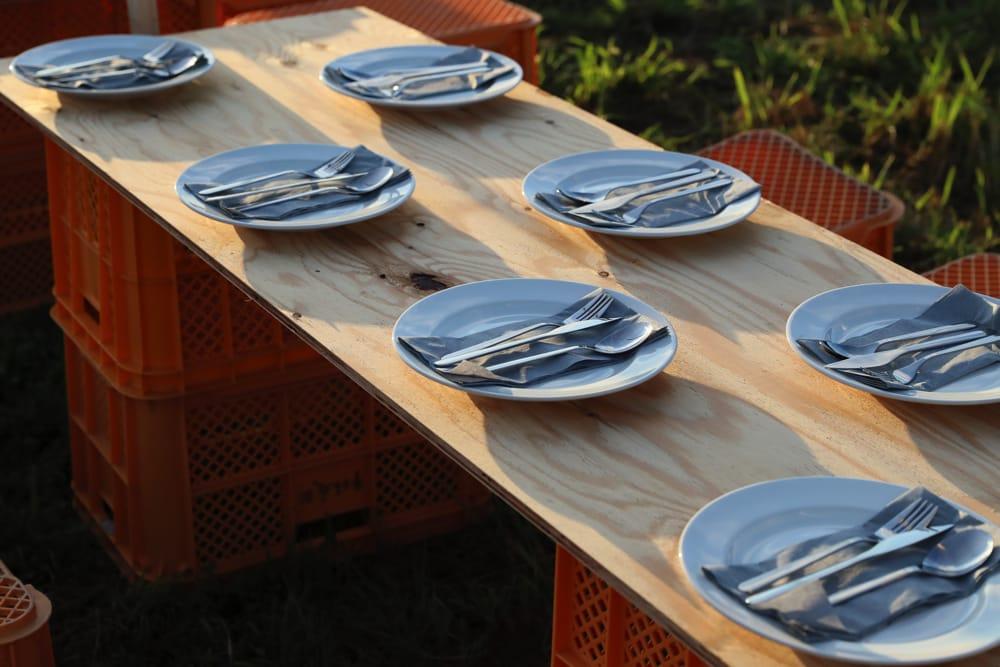 野外でのビュッフェながら、テーブルセッティングのていねいさが特別感を醸し出します。