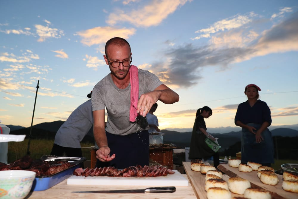 与謝野町の農業生産法人「あっぷるふぁーむ」のビーフを使った、デイヴさんによるダイナミックかつ繊細な料理。