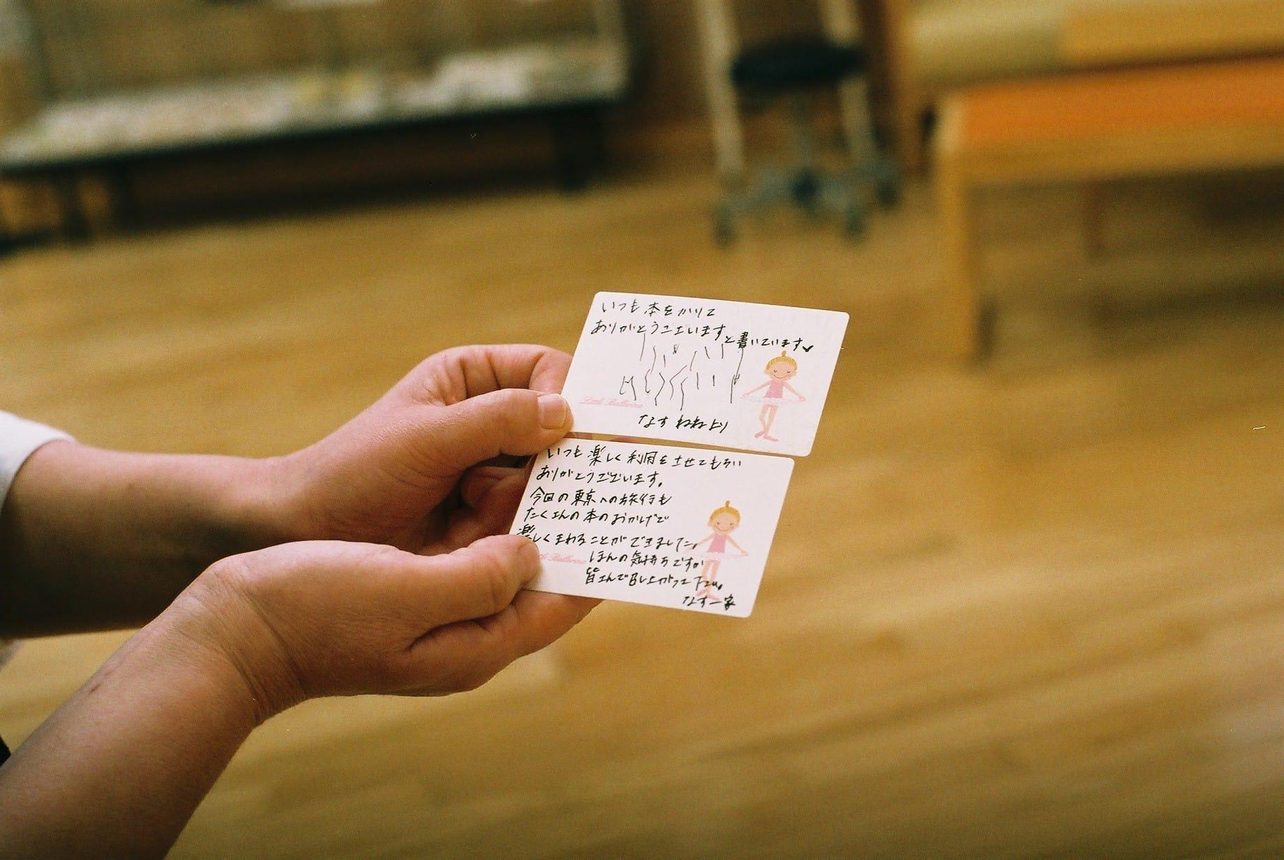 「見様見真似の文字が、すごくかわいくて」と、土井さん。常連のねねちゃん家族が東京ディズニーランドに行くと聞いて、ガイドブックを探して手渡したそう。そのお礼にもらったというお手紙は、机の上に大切に飾っている。