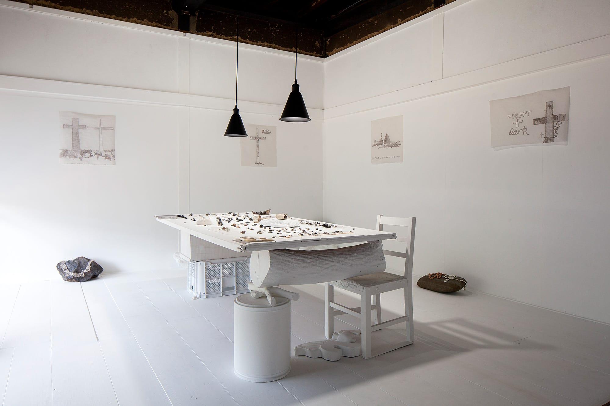 ルーファスさんが真っ白にペイントしたスペースでの展示。