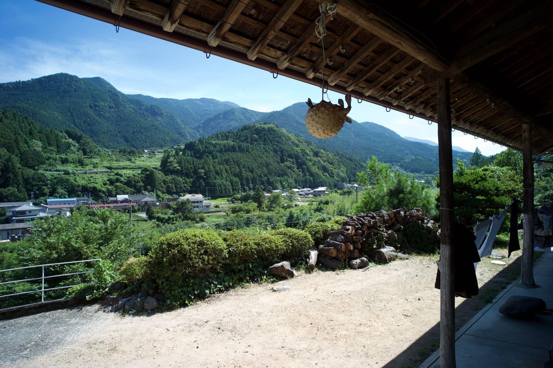 丘の上にあるいといさんの家からの風景。神山の人たちが、急勾配をものともせずに山手に暮らす理由がわかる。