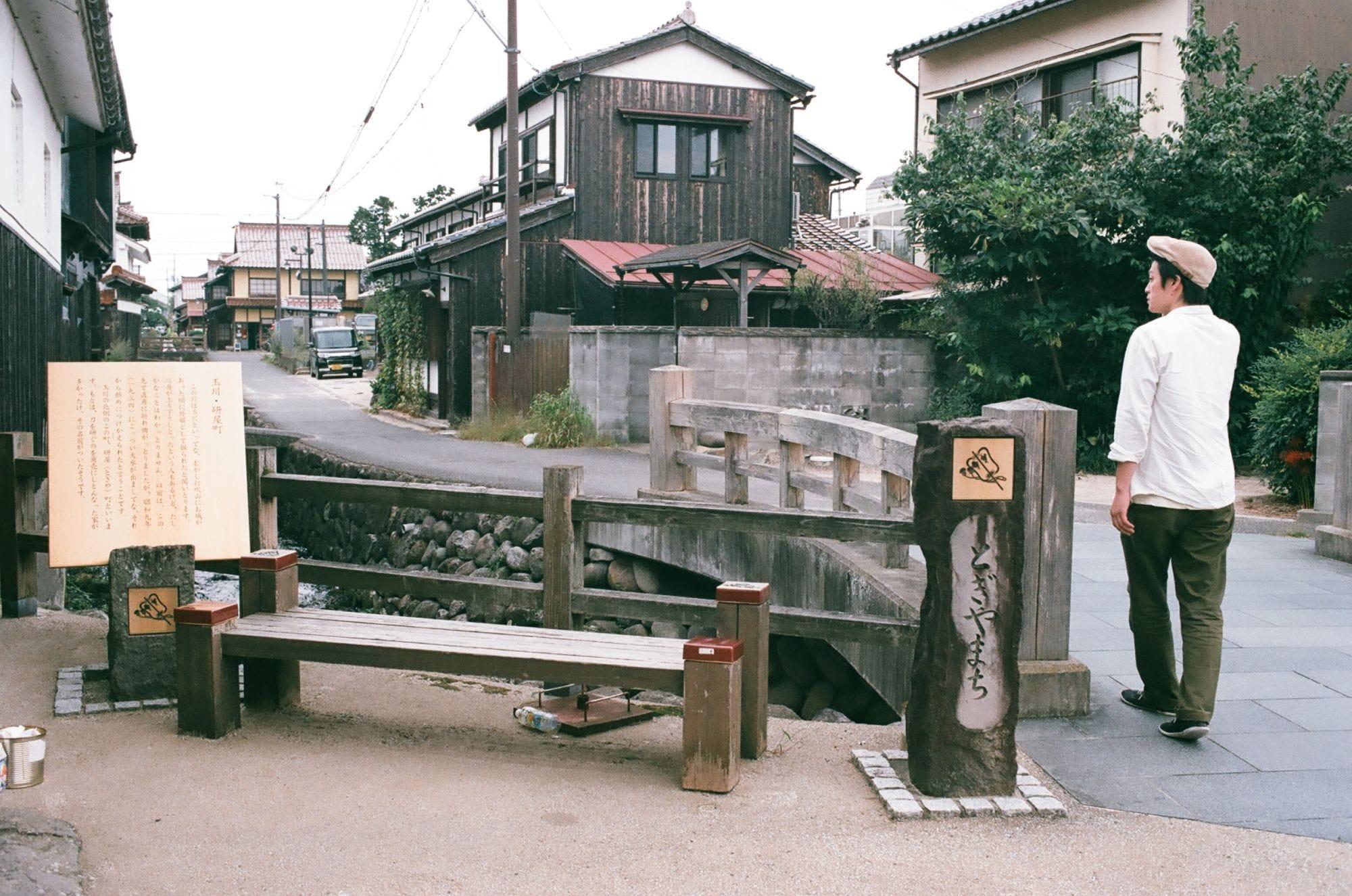 倉吉市の中心から一本路地裏へ。小川がせせらぎ、ゆったりとした時間が流れる。
