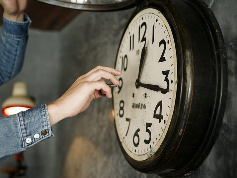 店内の大きな機械式時計は、ネジを巻かないとすぐに遅れてしまう。そのため、毎日きちんと巻くことから、内田さんの仕事がはじまる。