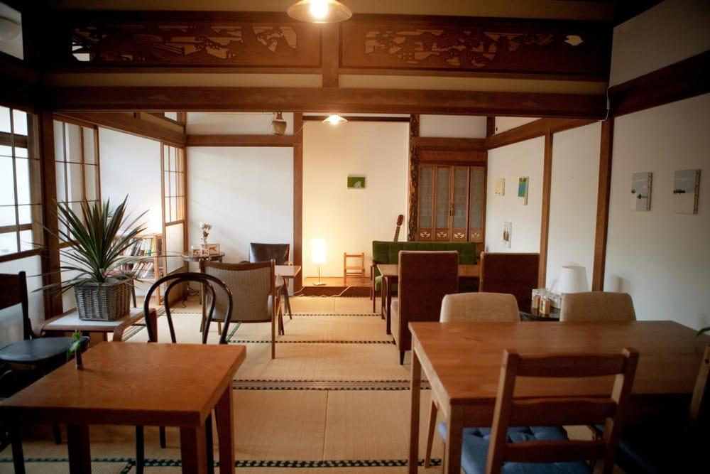 (新島のなんにもない風景に惹かれて、宿+カフェを始めてしまったメンバーも。残念ながら閉じてしまいましたが、夏は予約が取れないほどの人気でした。)