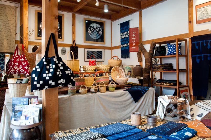 山内さんの作品がずらりと並ぶ「アトリエぬいや」。バッグやクッションカバーなど、使えるものがたくさんあるのも嬉しい。