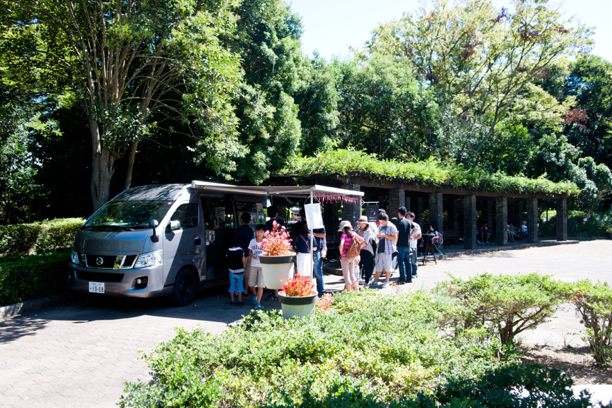 浜松城公園の時計台の前でいつも行列を作っている「タタズミcoffee」。