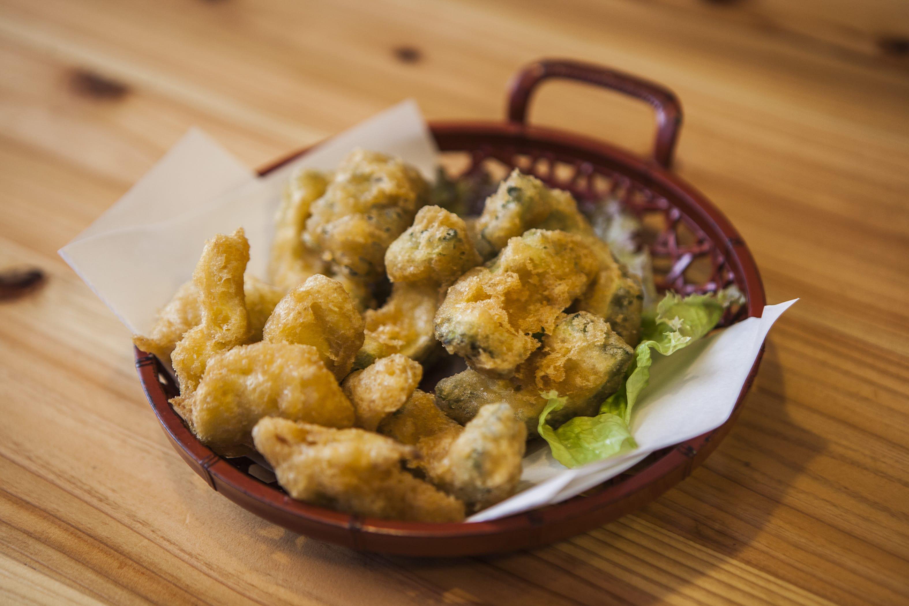 ゴーヤとワタと種の天ぷら盛り合わせ。旬の味わいを閉じ込めて揚げた揚げ物たちは、とにかくジューシーで旨いのだ!