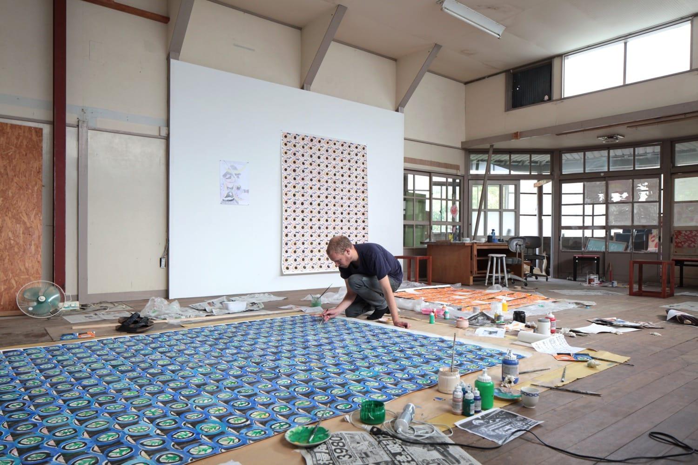滞在アーティストがアトリエを持つ「下分アトリエ」にて。作品制作中の Marijn van Kreij(マライン・ ファン・クレイ、オランダ)。完成した作品もここで展示されます。