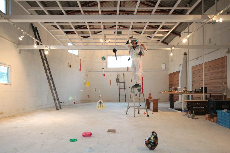 製茶工場跡をリノベーションしたギャラリー空間にて、インスタレーションを制作する。 Jeannine Shinoda(ジニーン・シノダ、アメリカ)。