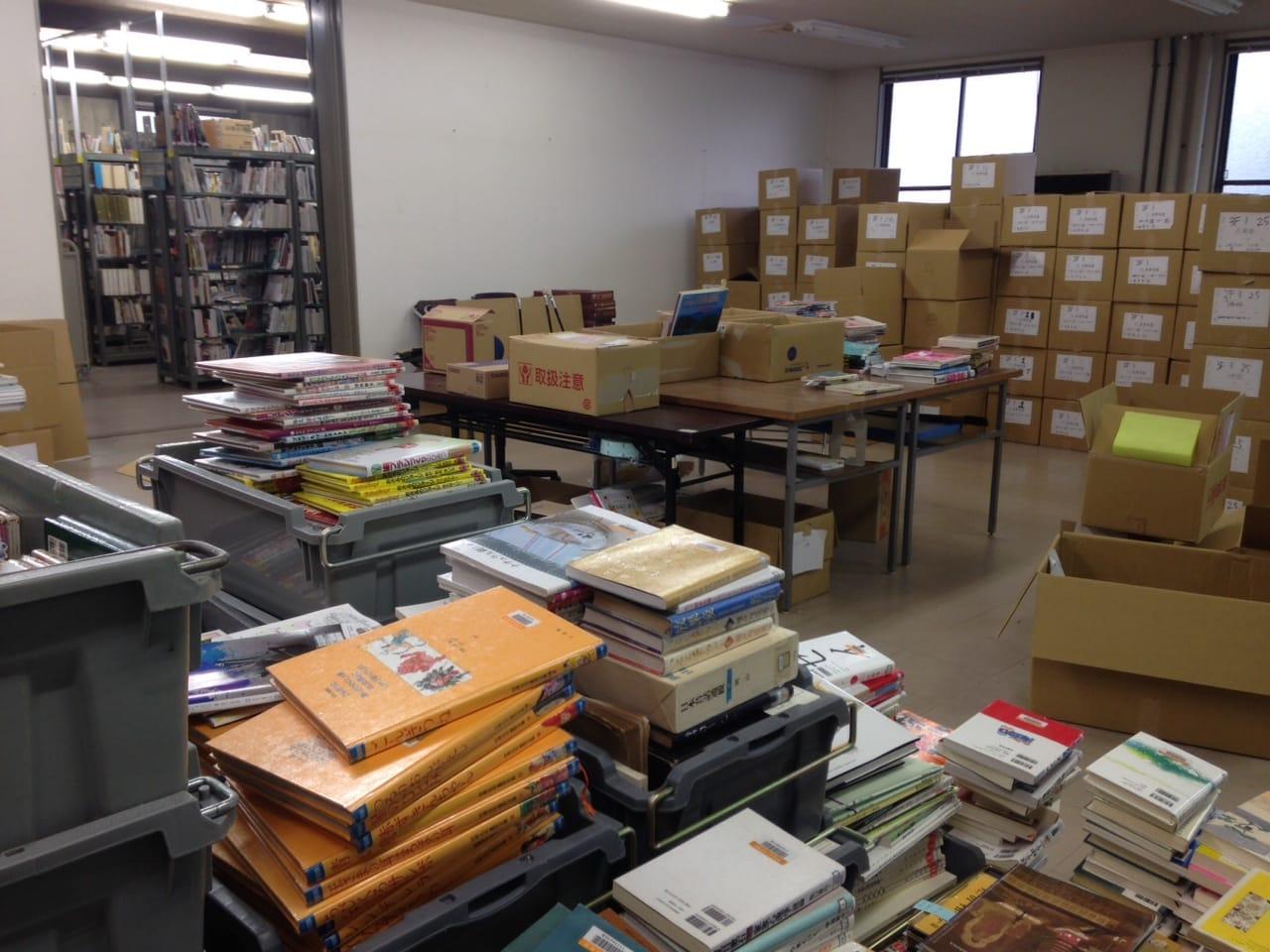 新しい図書館へ本を移動するために、ひたすら仕分け作業が続く。