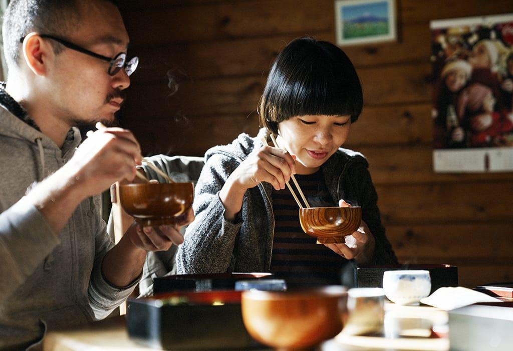 恵子さんお手製のお昼ご飯。地元の素材たっぷりの豚汁やおこわなど、あたたかい真庭の味が体に染みわたる。