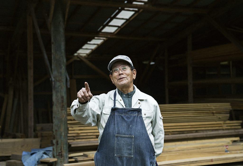 元井夫妻がいつもお世話になっているという、藤井製材所へ。農家も営む藤井さんは「これは趣味のようなものだから」と笑っていた。