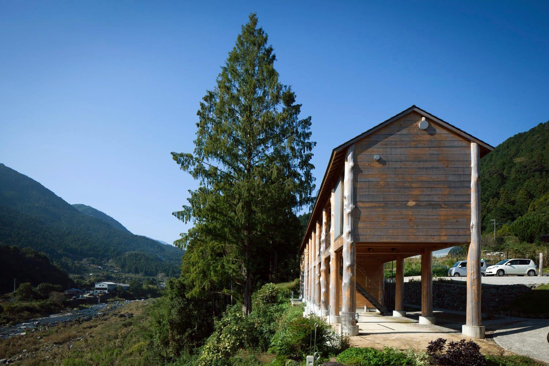 川岸に建てられた宿泊棟。全客室とバスルームに大きな窓があり、この景色を望めます。