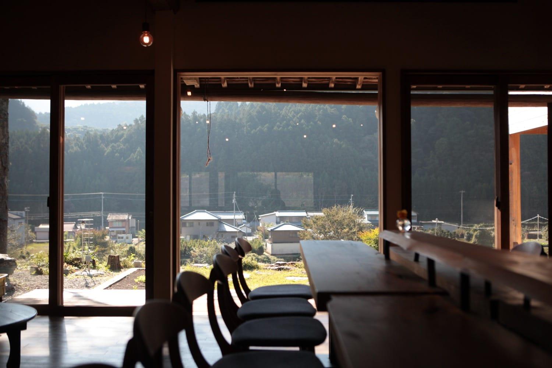 食堂棟の大きな窓、樋泉さんが毎日見ている景色です。