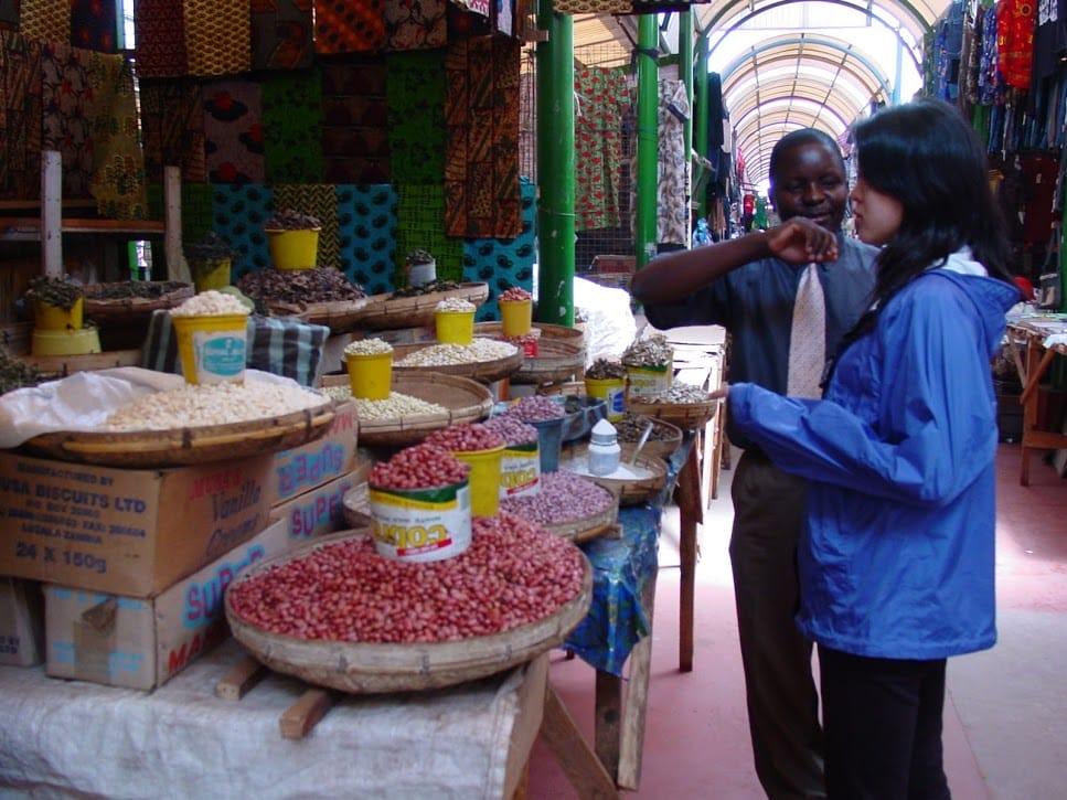 ザンビアのマーケットにて。写真は豆ですが「芋虫食べたことありますよ」と高田さん。