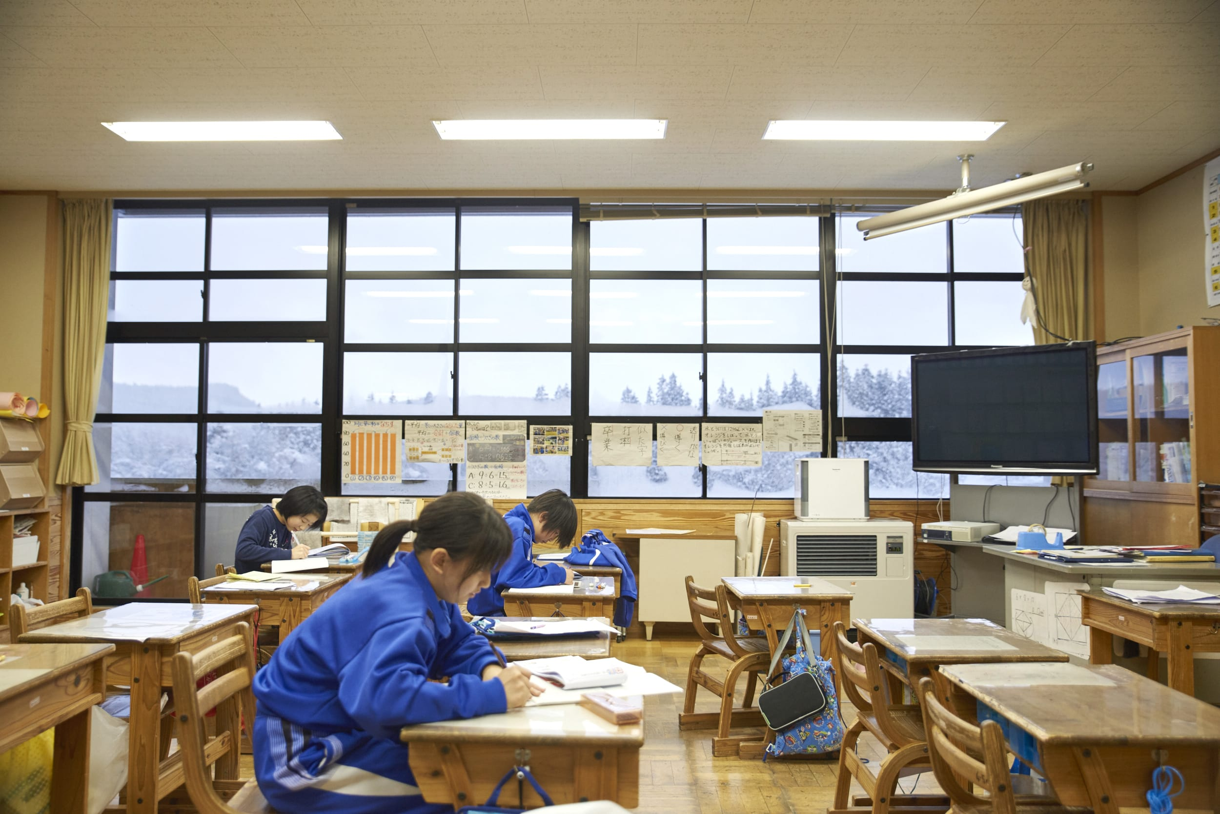 上小阿仁小中学校の校舎には秋田の天然杉がふんだんに使われ、その空間は明るさと優しさに満ちている。放課後を迎えた生徒たちは、勉強したり、部活をしたり、それぞれの時間を笑顔で過ごしていた。