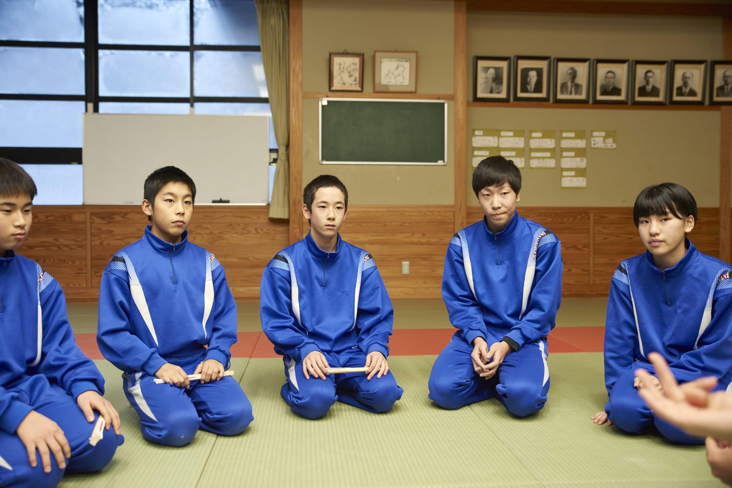 八木沢番楽を学ぶ、小学4年から中学3年までの生徒たち。こうして見るとみんなちゃんと正座している……こういう作法や行儀のよさを自然と身につけているのも、芸能を学んだがゆえのものなのだろう。