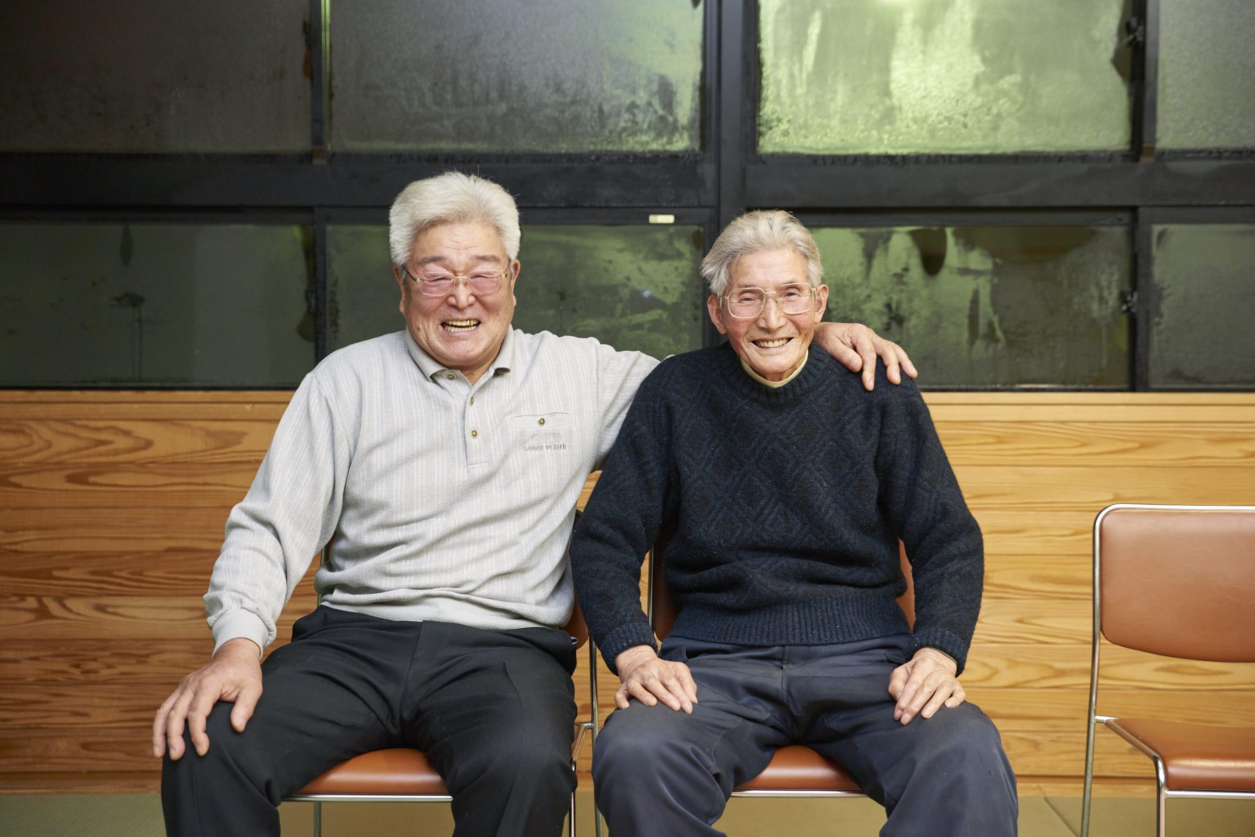 子どもたちが演技を終えた後のお師匠ふたり、佐藤金次郎さん(左)と佐藤敏雄さんの笑顔。「嬉しい」と言葉に出しては言わなかったけど、子どもたちの八木沢番楽を見れば、やっぱり心底うれしいはず。