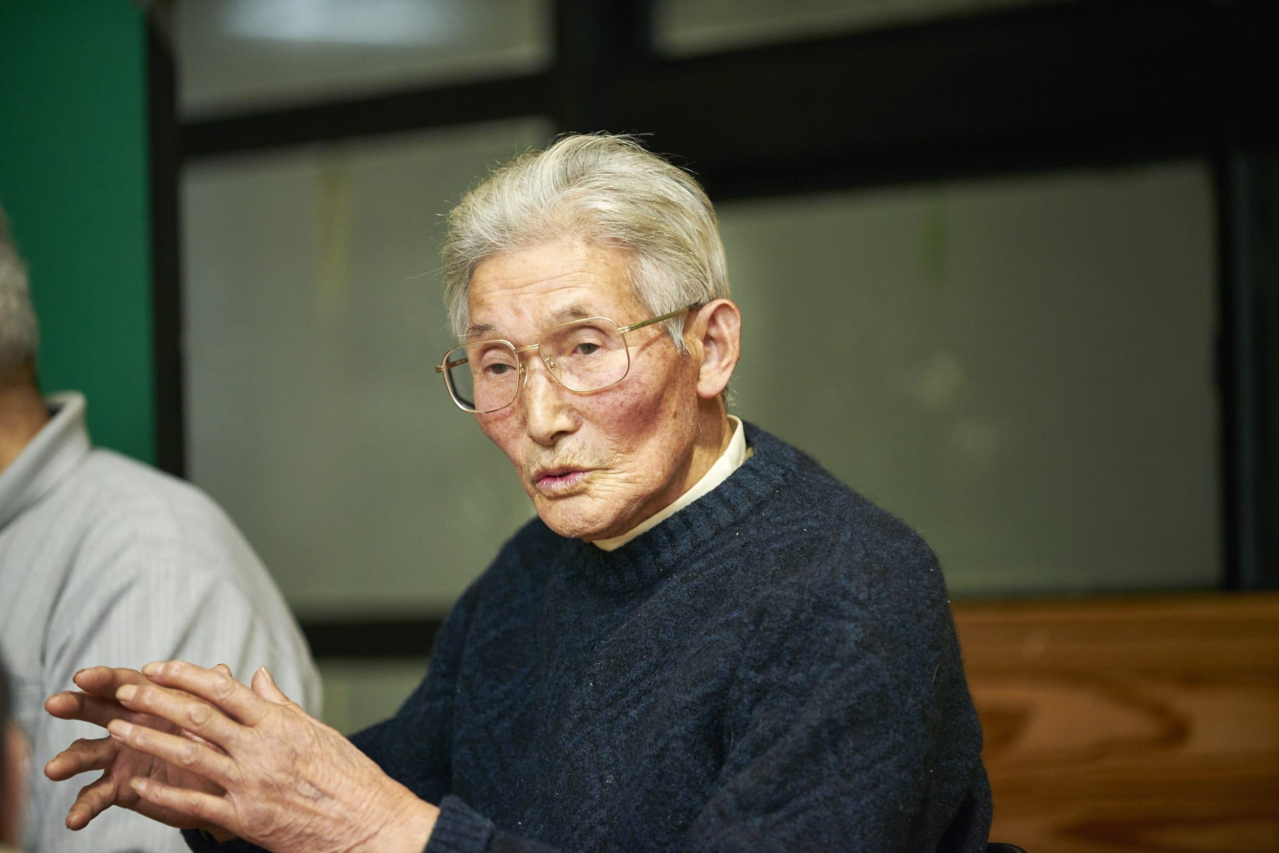 八木沢番楽保存会の佐藤敏雄さん。受け継ぐ者のなくなった八木沢集落の伝統芸能を、なんとか残そうとしてきた数々の苦労や思い出話を語ってくれた。