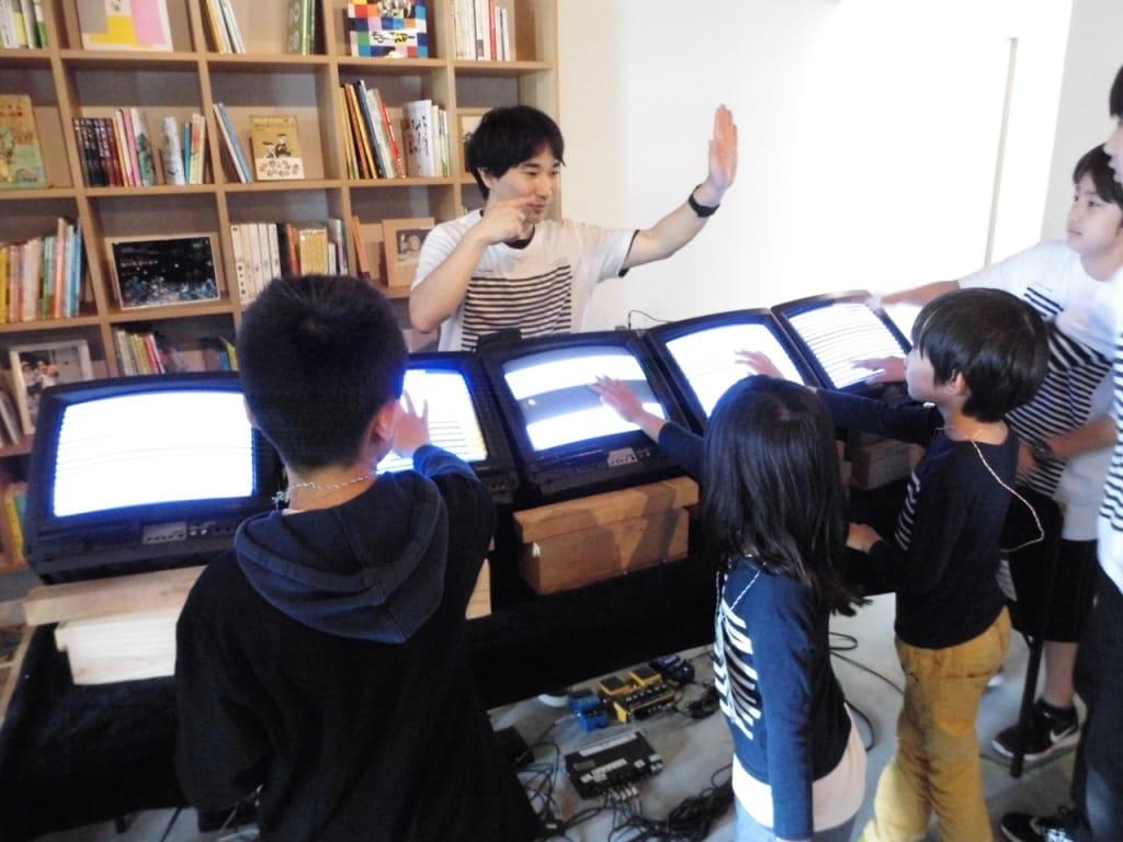 和田永(わだ・えい) 1987年東京都生まれ/在住 アーティスト/ミュージシャン。2009年より、古いオープンリール式テープレコーダーを演奏するグループ「Open Reel Ensemble」として活動し、注目を浴びる。2015年より、役割を終えた古い家電を新たな電子楽器として蘇生させ、合奏する祭典を目指すプロジェクト「エレクトロニコス・ファンタスティコス!」を始動。eiwada.com