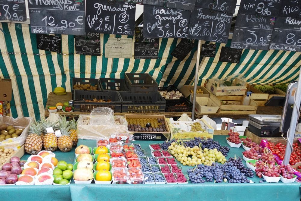 生産者さんが自ら販売する、新鮮な食材が並ぶパリのマルシェ。主に週末に◯◯や◯◯で開かれている。仮[写真提供:MIHOさん]