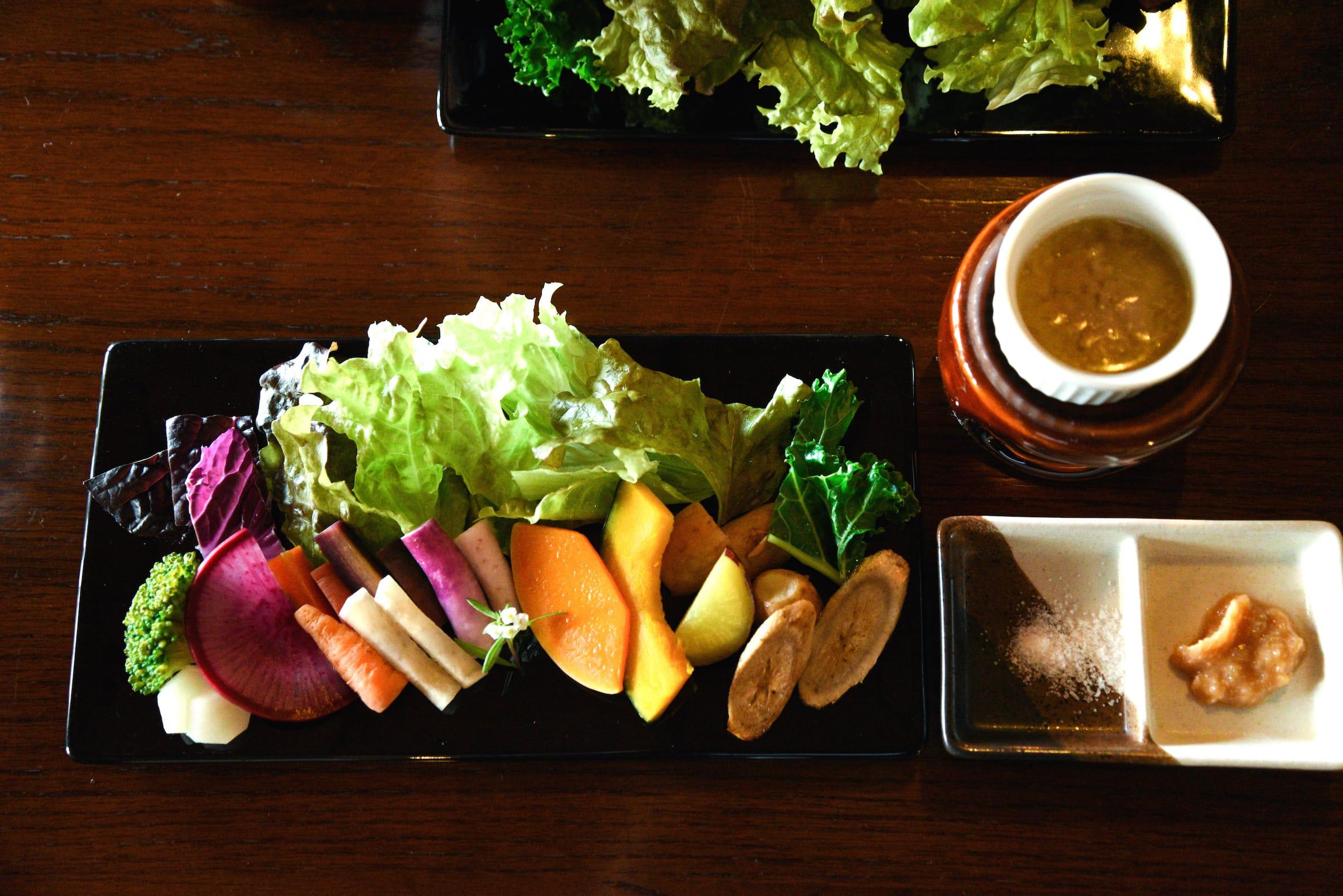 洲本の農家からとれたての野菜を直接仕入れ、目と舌で楽しめる地産料理を作り出す延原さん。ぎゅっと味が凝縮した野菜は、スーパーに並ぶ野菜とはひと味もふた味も異なる逸品。