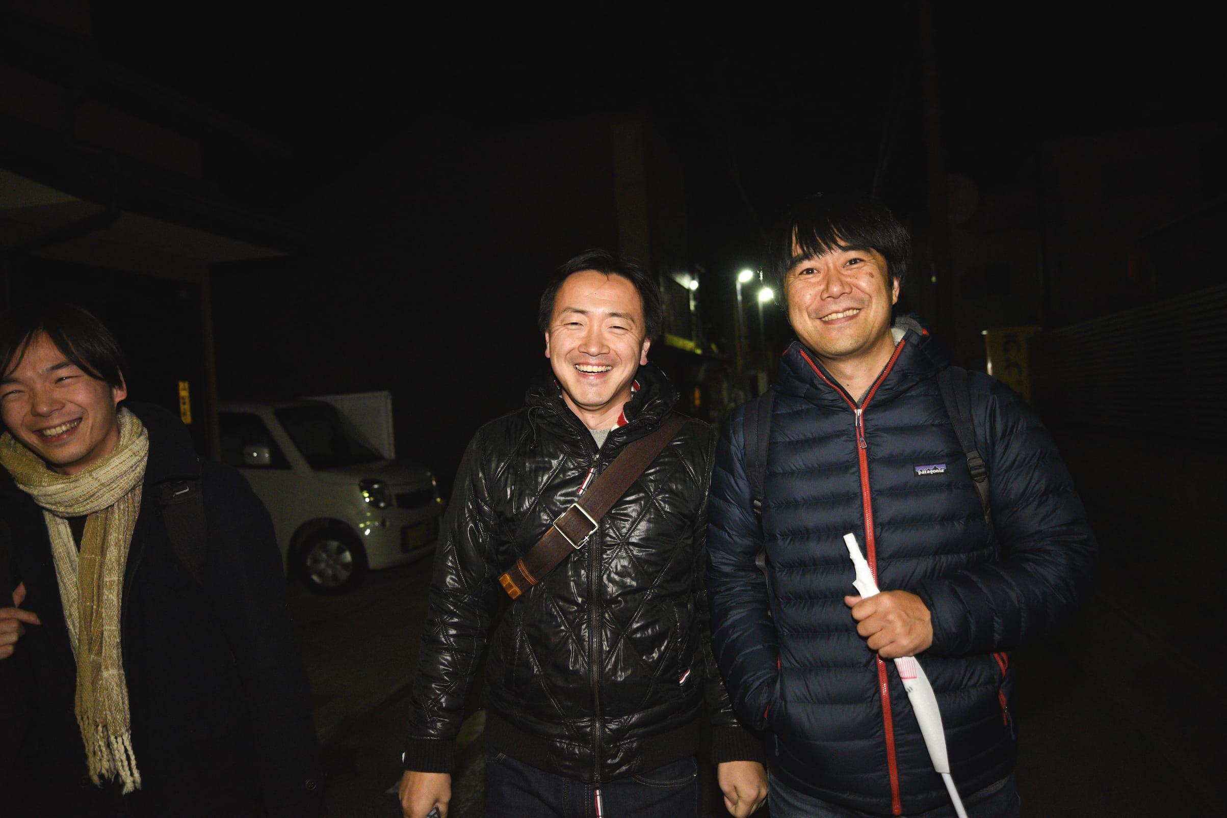 洲本の素敵な飲み屋巡りを案内してくれた富田さん(中央)。ツアーメンバーとも次第に打ち解けて会話が弾み、あっという間に夜は更けていった。
