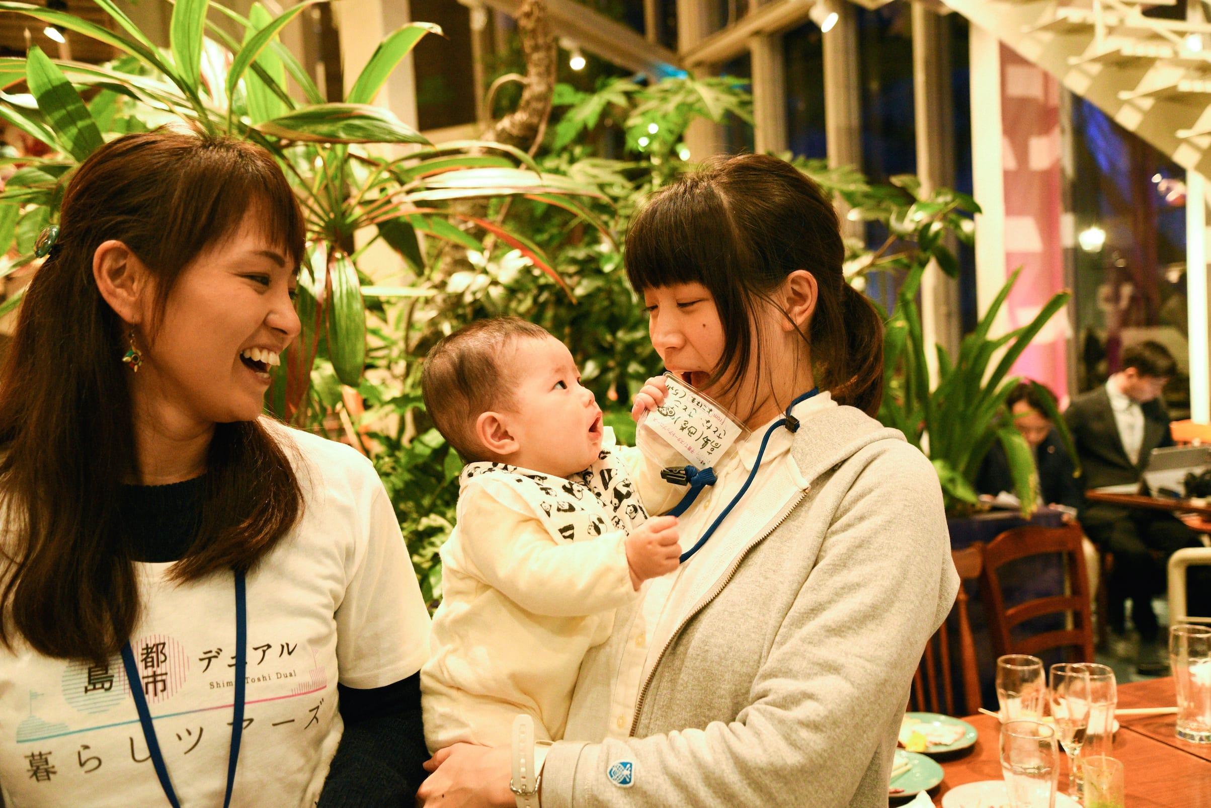 暮らしナビゲーターの小笠原舞さん(左)と、〈子育て・スタートアップコース〉に参加した高島さとなさんと、5ヶ月になる娘のさとこちゃん。高島さんは小笠原さんが東京にいた頃からの友人。小笠原さんから神戸の住みやすさの話を聞き、ツアーに参加したそう。