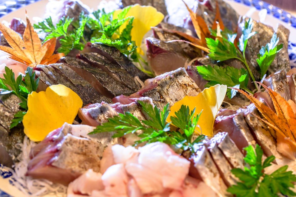 元・郵便配達員、今は頼まれたときに魚を行商するテルさん。朝に釣ったばかりの魚を噛みしめると口のなかに甘さとよい香りが…。