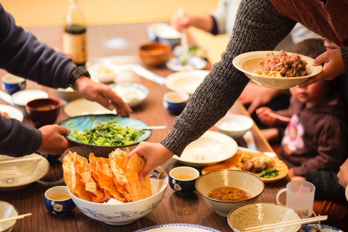 上世屋の野菜を使った手料理を持ち寄り。ネパール出身のサロジさん直伝のネパール料理も。