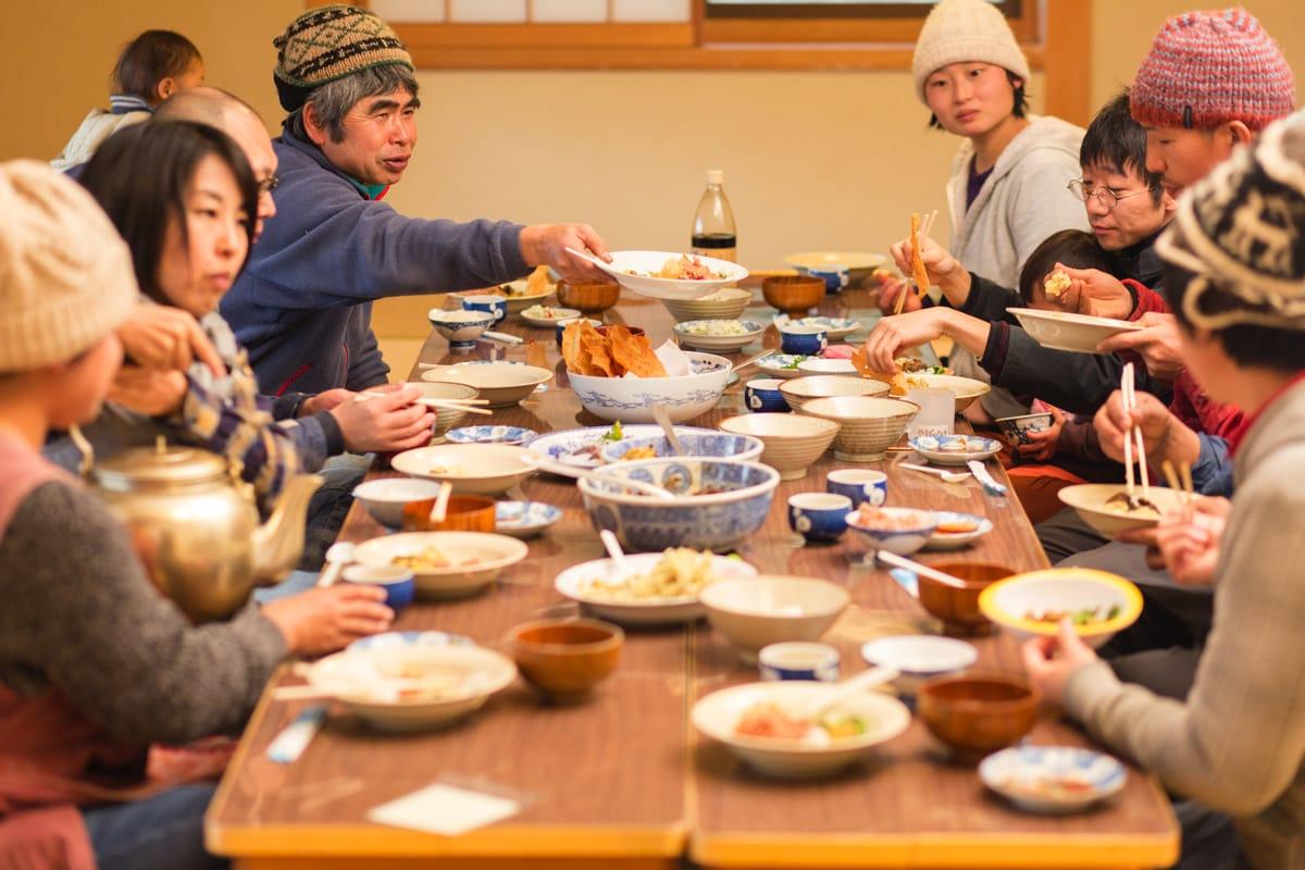 年齢の近い30代世帯は「なんやかんやと集まって」食事しているそう。まるで大家族!