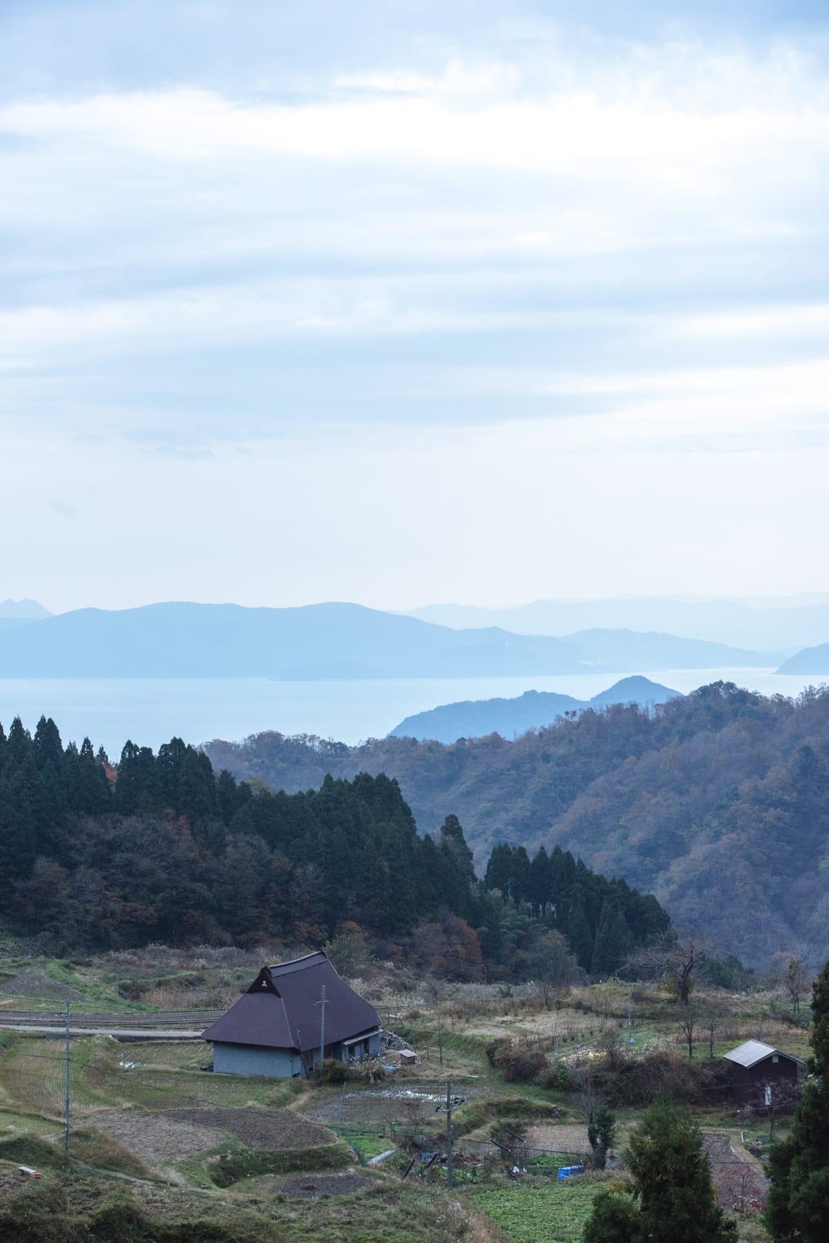 日本海まで車で10分。山あいの集落だが空が広く、山海里の豊かさをすべて感じられる。
