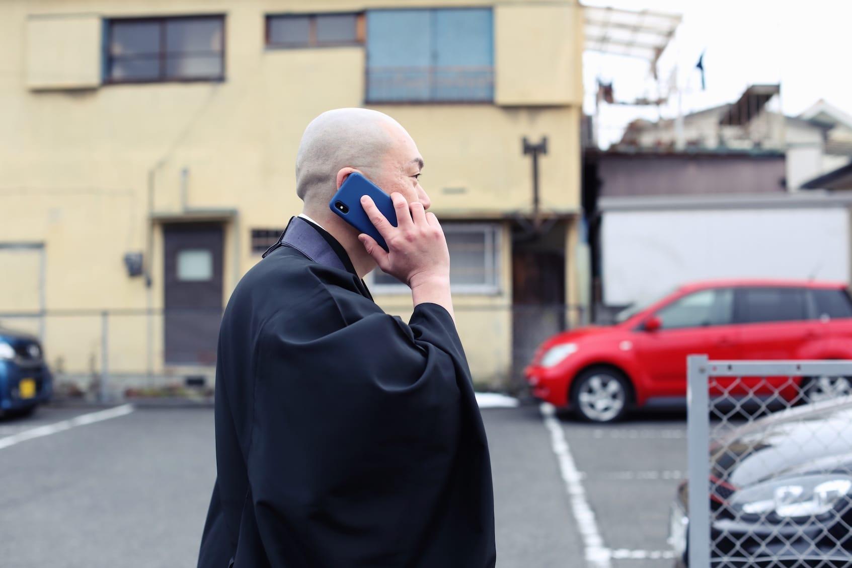 立て続けに鳴る電話に応じる井上さんは、僧侶兼プロデューサーといった印象。